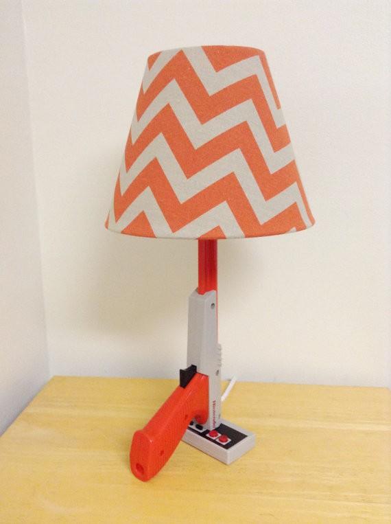 la lampe de chevet pistolet nintendo nes zapper cadeau geek. Black Bedroom Furniture Sets. Home Design Ideas