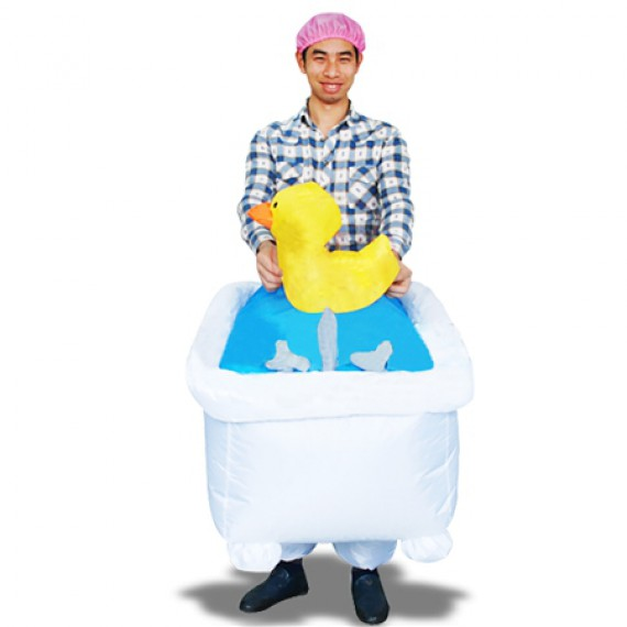 Costume gonflable homme dans son bain