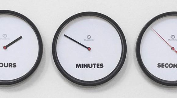 Une horloge pour lire l'heure ? Non, trois horloges pour lire les heures, les minutes et les secondes :)